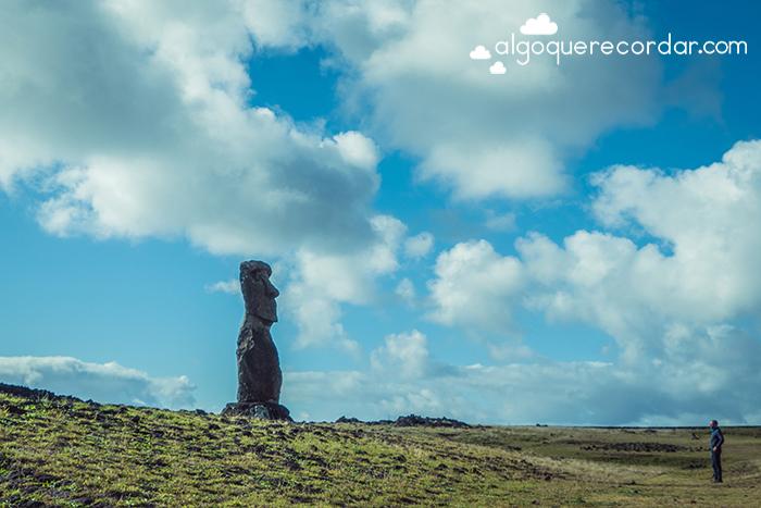 moai frente a turista