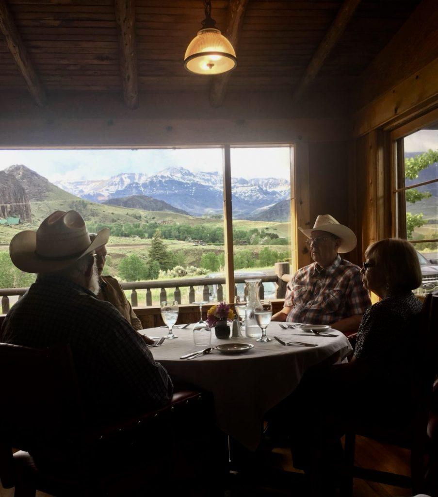 Cowboys cenando