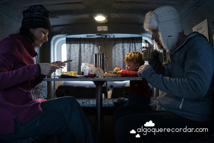 desayuno dentro camper islandia