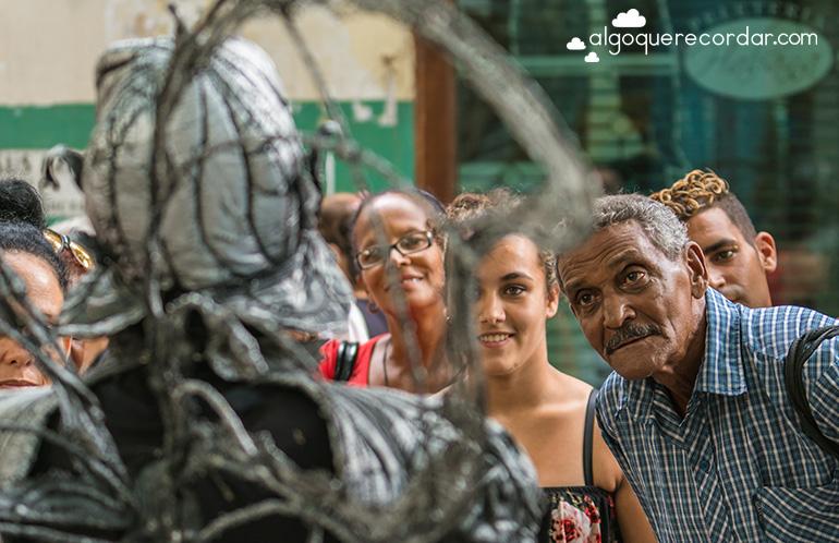 cubanos mirando estatua viviente