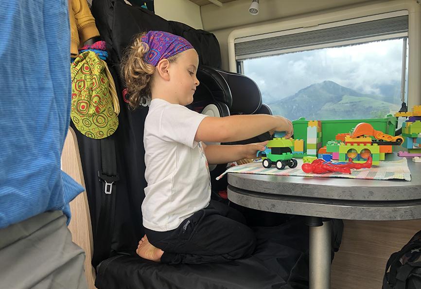 Niño jugando lego